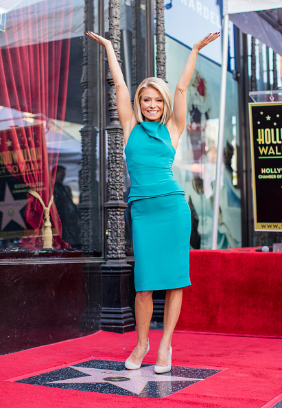 Arms Raised「Kelly Ripa Honored With Star On The Hollywood Walk Of Fame」:写真・画像(15)[壁紙.com]