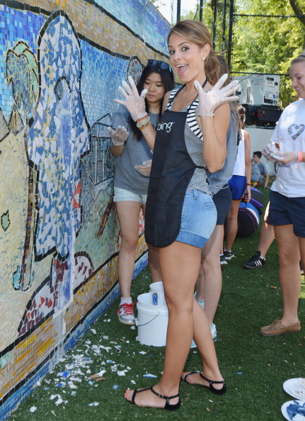 "Denim Shorts「Bing ""Summer Of Doing"" Celebrity Volunteer Event」:写真・画像(3)[壁紙.com]"