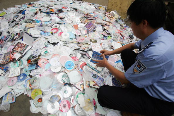 Imitation「Police Destroy Fake And Pirate Discs In Xian」:写真・画像(9)[壁紙.com]