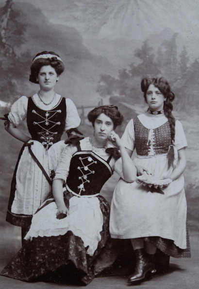Traditional Clothing「Three 24 Year Old Girls In Dirndl Dresses And Aprons. Full Figure. About 1900. Photograph By S. Weitzmann  / Vienna.」:写真・画像(11)[壁紙.com]