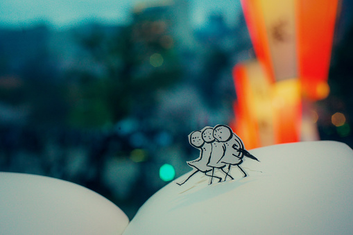 Paper Craft「Bring an umbrella, walking」:スマホ壁紙(1)