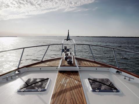 Travel「Bow of motoryacht」:スマホ壁紙(17)