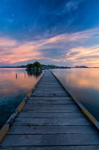 Desert Island「Sunset on a wooden jetty in Sulawesi island in Indonesia」:スマホ壁紙(11)