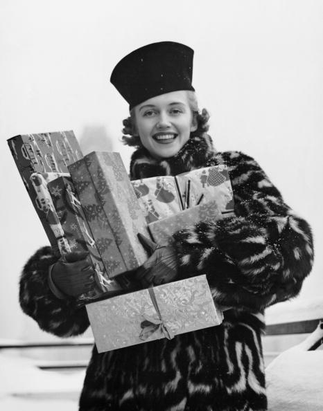 プレゼント「Woman in fur coat holding Christmas gifts」:写真・画像(7)[壁紙.com]