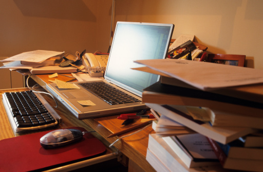 Messy「Thin laptop on messy desk」:スマホ壁紙(9)