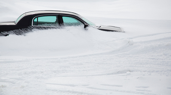 雪の吹きだまり「A snowdrift forms around a parked car」:スマホ壁紙(7)