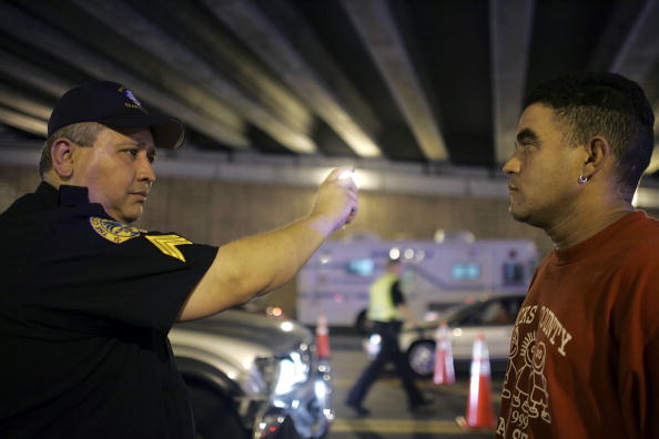 Drunk Driving「Miami Police Erect DUI Checkpoints During Holiday Season」:写真・画像(3)[壁紙.com]