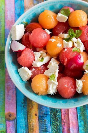 スイカ「Melon salad with feta, tomato and red radish in bowl」:スマホ壁紙(15)