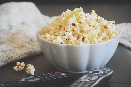 Popcorn「A bowl of popcorn with TV remote controls」:スマホ壁紙(13)