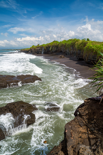 タナロット「Rocky beach coastline near Tanah Lot, Beraban, Bali, Indonesia」:スマホ壁紙(11)