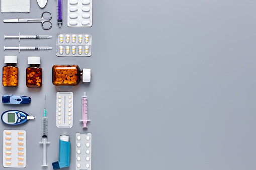 Asthma Inhaler「Medical equipment arranged on gray background - Knolling Concept」:スマホ壁紙(9)