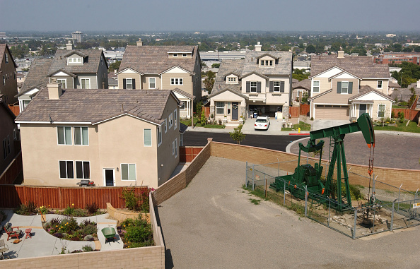 Residential District「Erin Brockovich Aledges Urban Oil Cancer Danger」:写真・画像(7)[壁紙.com]