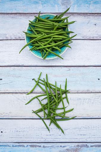 Bush Bean「Bowl of green beans on wood」:スマホ壁紙(12)