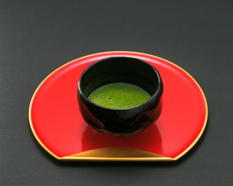 Coffee Break「Bowl of green tea on tray, black background」:スマホ壁紙(12)