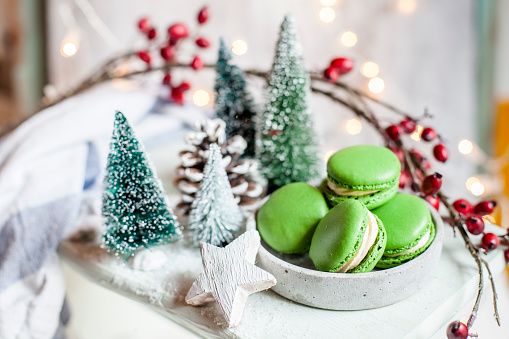 Hawthorn「Bowl of green macaroons and Christmas decorations」:スマホ壁紙(16)