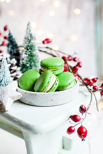 Hawthorn「Bowl of green macaroons and Christmas decorations」:スマホ壁紙(17)