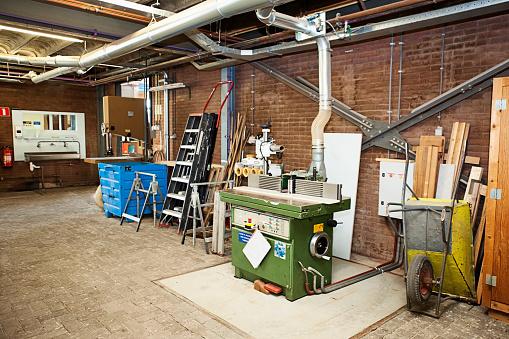 Workshop「View of a workshop featuring a green workbench」:スマホ壁紙(3)