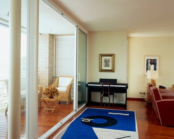 Ceiling「View of a well furnished living room」:写真・画像(18)[壁紙.com]