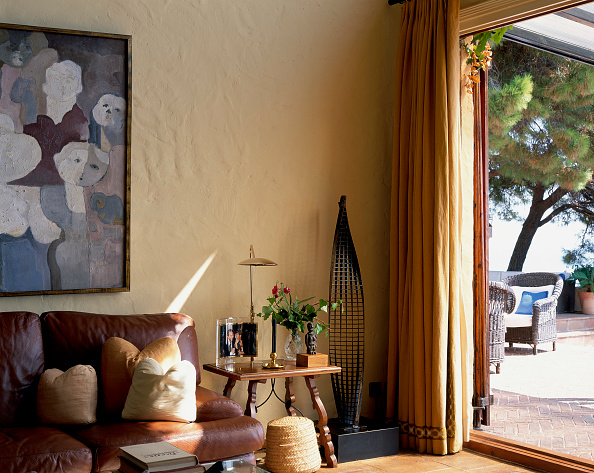 Upholstered Furniture「View of a well furnished living room」:写真・画像(10)[壁紙.com]