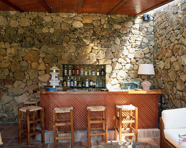 Dining Room「View of a well stocked bar」:写真・画像(2)[壁紙.com]