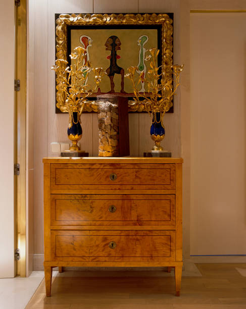 View of a wooden cabinet and painting on the wall:ニュース(壁紙.com)