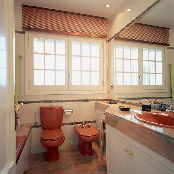 Bathroom「View of a well designed toilet」:写真・画像(2)[壁紙.com]