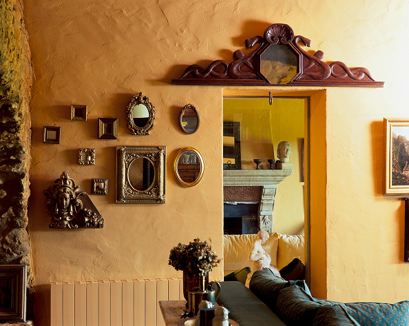 Dining Room「View of a wall adorned with mirrors and carvings」:写真・画像(12)[壁紙.com]