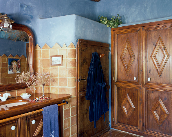 Wood - Material「View of a wooden cabinet in a tiled bathroom」:写真・画像(8)[壁紙.com]