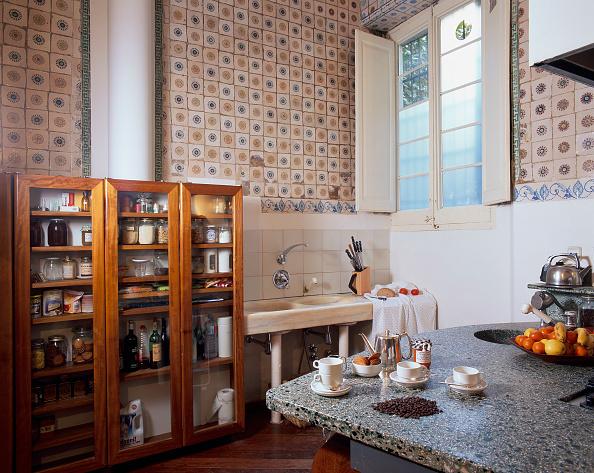 新鮮「View of a wooden cabinet in a kitchen」:写真・画像(16)[壁紙.com]