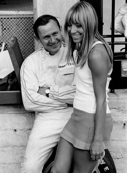 Pit Stop「Bruce Mclaren With Female Admirer In The Pits」:写真・画像(7)[壁紙.com]