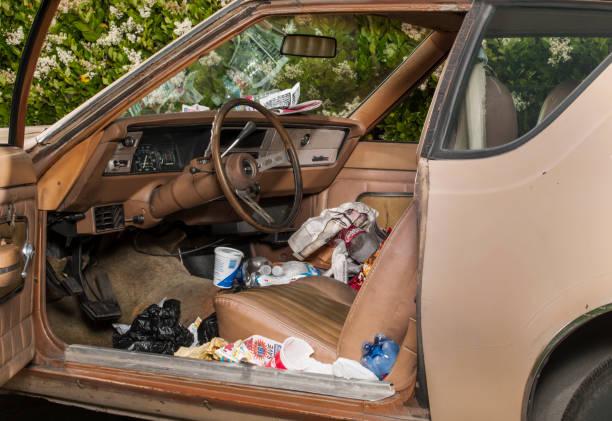 Run down car full of garbage:スマホ壁紙(壁紙.com)