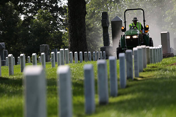Volunteers Take Part In Day Of Service To Improve Grounds At Arlington Cemetery:ニュース(壁紙.com)