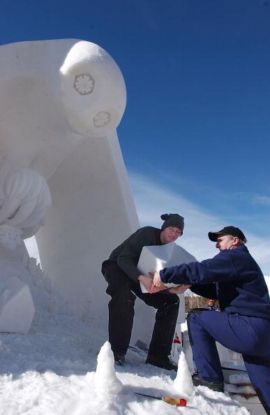 Ice Sculpture「Creators Carve Fleeting Art」:写真・画像(2)[壁紙.com]