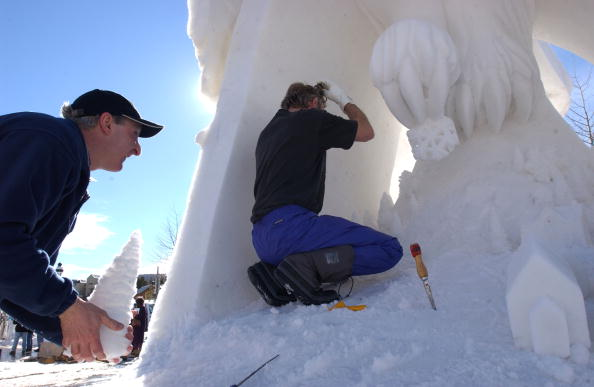 Ice Sculpture「Creators Carve Fleeting Art」:写真・画像(1)[壁紙.com]