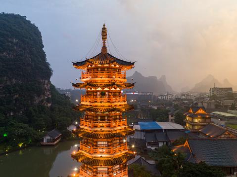 Temple「カルスト丘、Mulong パゴダ、Mulong 湖、桂林、中国広西省の伝統的民家」:スマホ壁紙(9)
