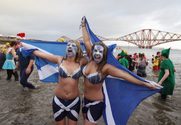 New Year「Hardy Swimmers Take A Festive Dip In The Firth of Forth」:写真・画像(4)[壁紙.com]