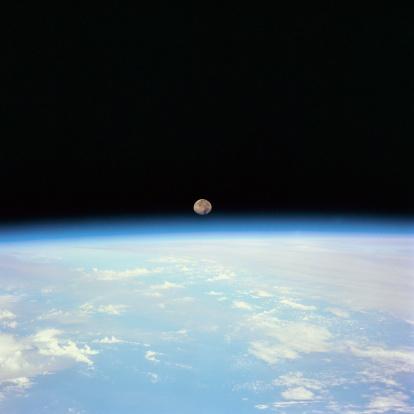 月「Moon Over the Earth」:スマホ壁紙(16)