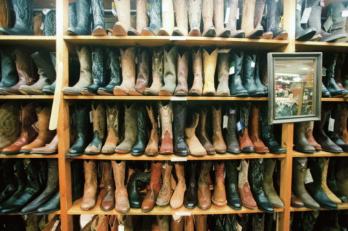 Aspen - Colorado「USA, Colorado, Aspen, Boot in row on shelves in shop」:スマホ壁紙(10)