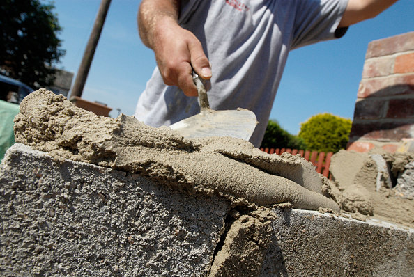 Brick「Man preparing mortar for bricklaying, close up」:写真・画像(2)[壁紙.com]