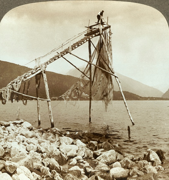 1900-1909「Fisherman Arranging Salmon Nets At Balestrand On Sognefjord - Balholm In Distance」:写真・画像(3)[壁紙.com]