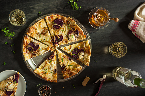 White Wine「Rosemary, Beet, Goat Cheese, and Caramelized Onion Pizza」:スマホ壁紙(5)