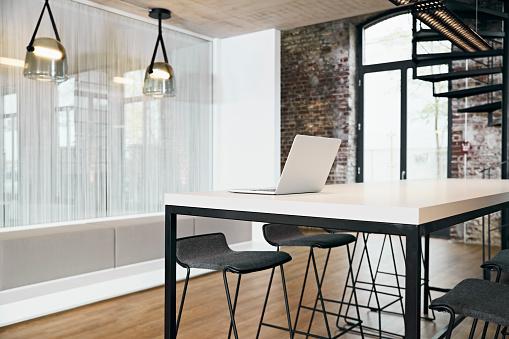 Brick Wall「Laptop in meeting room in modern office」:スマホ壁紙(10)