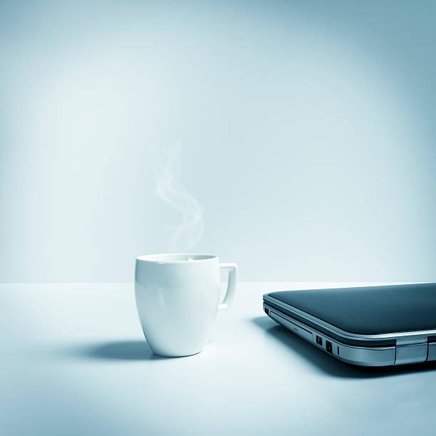 Closed laptop with mug of hot tea, coffee, blue toned:スマホ壁紙(壁紙.com)