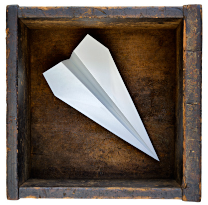 Innovation「Paper airplane in wooden box」:スマホ壁紙(14)