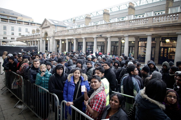 Waiting In Line「The New iPad Is Launched At The Apple Store In Covent Garden」:写真・画像(17)[壁紙.com]