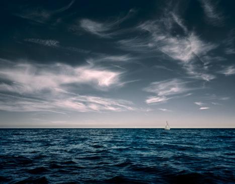 Sailboat「White Sail Boat on Sea」:スマホ壁紙(2)