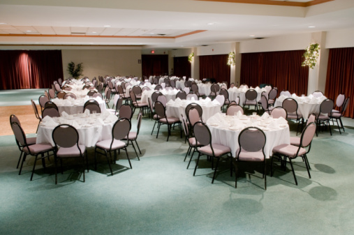 Ballroom「Banquet room with tables and chairs」:スマホ壁紙(12)