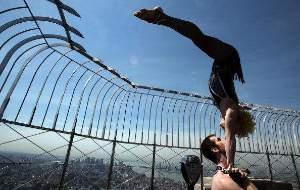 Empire State Building「Cirque Du Soleil Acrobats Perform On Empire State Bldg Observation Deck」:写真・画像(5)[壁紙.com]
