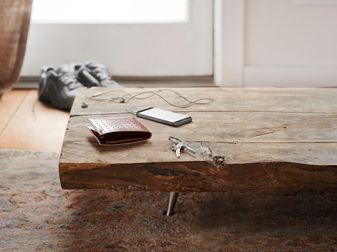 Telephone「Keys, wallet and cell phone on table.」:スマホ壁紙(2)