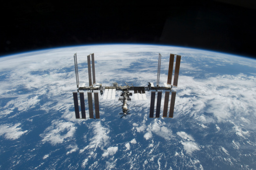 Cosmos「November 25, 2009 - The International Space Station in orbit above the Earth.」:スマホ壁紙(18)
